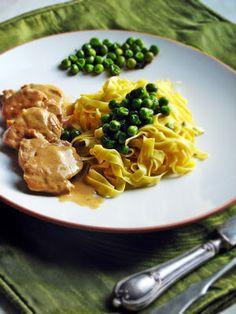 Culinaricum: Szűzérmék sörmártással, zöldborsós tésztával Favorite Recipes, Meals, Dishes, Kitchen, Food, Desk, Creative, Recipies, Cooking