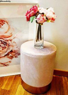 Multifunktional chic! Samt-Hocker Harlow in zartem Rosa sorgt in jedem Zuhause für einen Hauch Eleganz und beweist sich als praktischer Blickfang in jedem Raum. We love it!  📷:@lacasadiniky // Flur Rosa Pink Gold Pouf Blume Vase Rosa Gold #Interior #Deko #Inspo #Wohnideen #girly #chich Pink, Girly, Interior, Home Decor, Home, Flowers Vase, Dusty Pink, Beautiful Homes