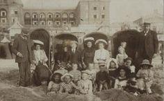 Den Haag ca 1910 een groep badgasten ten hoogte van het Kurhaus.   via: Beeldbank Haags Gemeentearchief