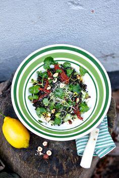 Zitroniger Belugalinsensalat mit Brunnenkresse, getrockneten Tomaten und Haselnüss...
