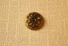 Tässä on helppo pöytälampun ohje. Saman tyyppisiä ohjeita löytyy monesta blogista.      Materiaalit  - paksua (1.6 mm) rautalankaa 5.5 c...