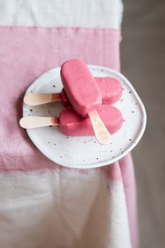 5 Tips to photograph ice cream- Hashtag challenge July from @luciebeck: #onlyoneicecream – Mylucie.com- Foodstyling ice cream #magnum #magnumice #magnumicecream #ijs #icecream #popsicles #waterijs #foodstyling #foodfotografie #foodphotographer #foodstylist #summerphotography #pinkice #rozeijs #foodstylingicecream #pinkfood #summermood #zomer #zomereten #hashtagchallenge #onlyoneicecream