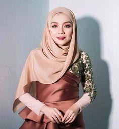 Beautiful Hijab Girl, Beautiful Muslim Women, Muslim Women Fashion, Womens Fashion, Gaun Dress, Muslim Beauty, Abaya Fashion, Portraits, Blouse Dress