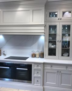 Hidden range hood beautiful rectangular work area around the stove w … - Trend Kitchen Decoration Kitchen Hood Design, Kitchen Hoods, Kitchen Tiles, Kitchen Cabinets, Kitchen Extractor Hood, White Cabinets, Open Plan Kitchen Living Room, Home Decor Kitchen, New Kitchen