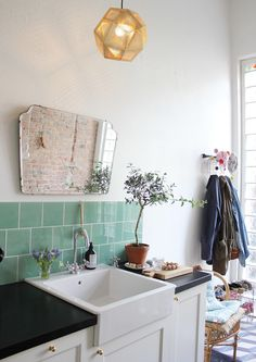 taan says: I love the turquoise tiles, mirror and the plant, simple but nice for the eyes