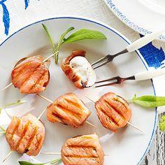 Kääri täytetyt herkkusienet pekonin sijaan graavilohiviipaleeseen ja kuumenna grillissä. Grillaus graavilohi