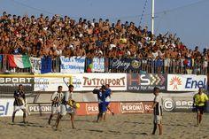 #BeachSoccer: Pablito #Palmacci abbraccia Bruno #Xavier dopo il gol