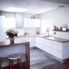Regardless of whether you're planning for a move to another house or you essentially need to a kitchen redesign, these astounding kitchen Minimalist But Luxurious Kitchen Design thoughts will prove to be useful. Modern Kitchen Interiors, Interior Design Kitchen, Kitchen Modern, Interior Modern, Minimal Kitchen, Luxury Kitchens, Home Kitchens, Dream Kitchens, New Kitchen