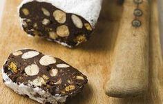 Salami de chocolate - ¡Larga vida al chocolate!: 10 postres que te encantarán - Ingredientes: -200 g de chocolate negro -100 g de mantequilla -2 yemas de huevo -8 galletas de mantequilla -7 bizcochos de soletilla -Una mezcla de 40 g de almendras peladas...