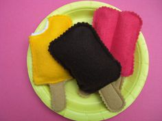 Pretend Ice cream treats set of 3 by kidnaroundcreations on Etsy Play Kitchen Food, Diy Kids Kitchen, Sewing For Kids, Diy For Kids, Crafts For Kids, Felt Books, Quiet Books, Felt Play Food, Pretend Food