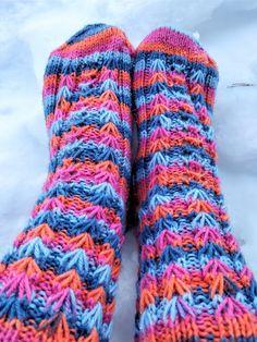 Arkimamman Arkiralli: Kukkajoustinta sukassa Leg Warmers, Socks, Legs, Accessories, Fashion, Leg Warmers Outfit, Moda, Fashion Styles, Sock