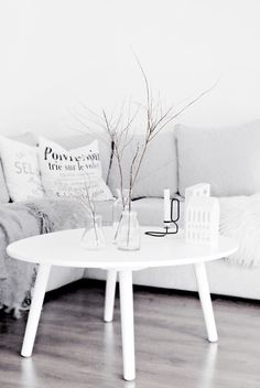 Coffee table round - the eye-catcher in your living room - Home Decoration My Living Room, Home And Living, Living Spaces, Minimalist Interior, Minimalist Home, Minimalist Pillows, Living Room Inspiration, Home Decor Inspiration, Decor Ideas