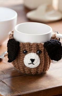 Heres a clever crocheted mug hug that is a fun gift for animal lovers of any age. It will encourage kids to drink their milk or keep drinks warm for older folks. Made with easy-care yarn, you can wash it often and it will stay looking great. Crochet Coffee Cozy, Crochet Cozy, Love Crochet, Crochet Gifts, Crochet Hooks, Crochet Patron, Crochet Kitchen, Red Heart Yarn, Crochet Projects