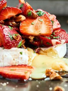 This Strawberry Baked Brie is the easiest appetizer for spring! Warm brie is topped with strawberries, basil, pecans, & a simple balsamic/honey marinade. Lunch Snacks, Clean Eating Snacks, Party Snacks, Best Appetizers, Appetizer Recipes, Baked Brie Recipes, Cheesy Recipes, Free Recipes, Fromage Cheese