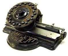 Lambert No. 1. Lambert Typewriter Company, Nueva York, EE.UU.La máquina de escribir Lambert es único en forma y tecnología. Es la única máquina de escribir teclado en el cual el teclado consta de una sola pieza. En empujando una clave, todo el teclado y el sello tipo adjunto (foto 6) girados en posición y se imprime la letra correcta en el papel. La Lambert se confunde a menudo con una máquina de escribir de índice.