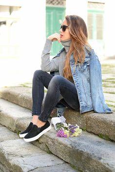 Blusa de cuello de tortuga, chamarra de mezclilla, jeans negros y tenis tipo vans