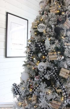 Diy christmas tree 98657048076157537 - A Cozy, Snow-Flocked Farmhouse Christmas Tree Source by RusticBoxwood Halloween Christmas Tree, Christmas Tree Inspiration, Black Christmas Trees, Ribbon On Christmas Tree, Christmas Tree Themes, Christmas Porch, Black Christmas Tree Decorations, Christmas Wreaths, Outdoor Christmas