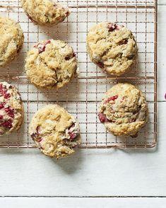 Take your favorite savory biscuits up a notch with sweet raspberries. Raspberry Recipes, Fruit Recipes, Cookie Recipes, Bar Recipes, Recipies, Savoury Biscuits, Thing 1, Healthy Desserts, Healthy Meals