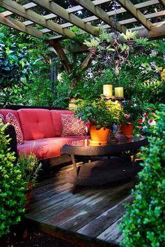schone garten mit üppiger bepflanzung und bequemen möbeln schafft ein naturnahes gefühl