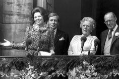 De abdicatie van Juliana in 1980, met de prinsen Bernhard en Claus en koningin Beatrix. (Bron: Nationaal Archief).