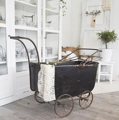 Første tingen jeg vil vise dere som ble med hjem i går er denne vakre unike barnevognen  Høy affeksjonsverdi da den har vært i familien i alle år  Har også byttet ut stolen bak viser bedre bilde senere  by landliglykke