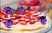 Marängtårta med lemon curd, grädde och jordgubbar