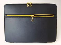 Etsy の Black leather laptop sleeve with pocketgold by PatriciusM