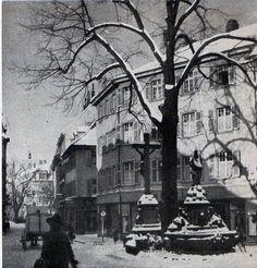 Der Unterlindenbrunnen im Winter um 1920. https://www.facebook.com/HistorischesFreiburg/photos/np.1450248258753525.100002251567273/870716586352325/?type=3
