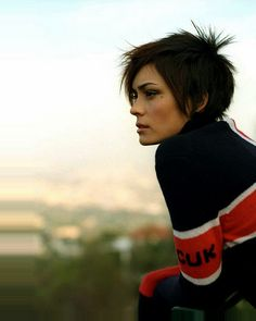 Shannyn Sossamon. Her hair is killer. Love the piecey bits in this cut.
