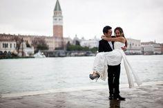Pre-wedding photo session under the clouds: love shining despite the rain!