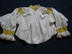 Rukávce svatební. Rukávce z lněného plátna, výšivka žlutým hedvábím. Doubravy, kolem 1850. Muzeum jihovýchodní Moravy ve Zlíně.