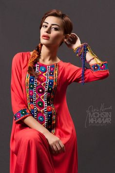 Coral with multicolor detailing - Pakistani fashion - this would be a cute outfit for a dinner party event :) Dress Neck Designs, Kurti Neck Designs, Kurta Designs Women, Simple Outfits, Sexy Outfits, Pretty Outfits, Latest Pakistani Fashion, Pakistani Outfits, Pakistan Fashion
