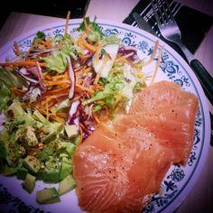 """No cook dinner for lazy friday night in .. #dinner #easydinner #salad #avocado #smokedsalmon #nightin #fridaynight #healthyeats #healthy #paleolife…"""