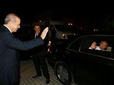 Freundliches Winken: Erdogan verabschiedet sich nach dem Treffen in Istanbul von Putin. Die Präsidenten aus Russland und der Türkei hatten sich zu Gesprächen getroffen, um über die Energiepolitik zu sprechen.
