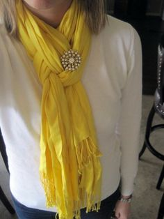 Scarf tying trick: Fold scarf in half, loop around neck, pull only one strand of the scarf through the loop, twist loop, and then pull other strand through. Finish with a cute pin or fabric flower! Look Fashion, Fashion Beauty, Autumn Fashion, Fashion Tips, Hijab Fashion, Fashion Ideas, Looks Style, Style Me, Style Blog
