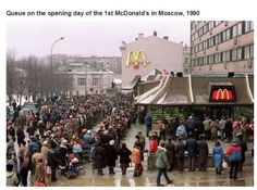 Queue on the opening day of the 1st McDonald's in Moscow, 1990.  Interesting historical photos {Part 15}
