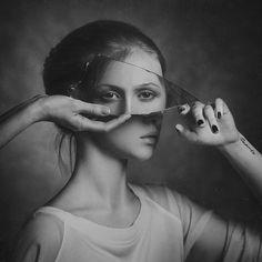 Surrealismo en la fotografía artística. Autorretrato con un fragmento de espejo.