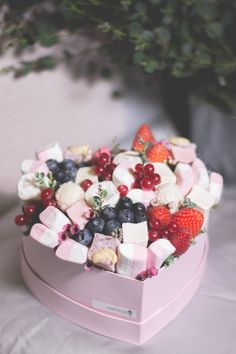 Food Bouquet, Candy Bouquet, Fruit Gifts, Edible Gifts, Ice Cream Desserts, Mini Desserts, Chocolate Gifts, Chocolate Recipes, Cupcake Cream