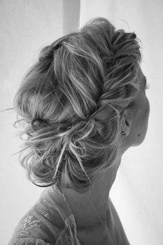 Haarband auf den Kopf und Haare seitlich drumrumstecken, hinterher einen messy Dutt im Nacken stecken. credits: wickerfurniture
