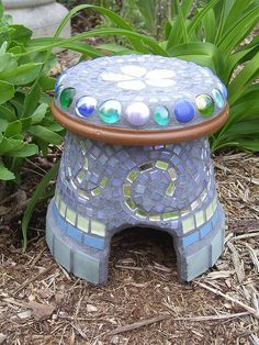Toad House by Under the Moon Mosaics, would be cute as just stools by the fire too! Moon Garden, Mosaic Garden, Dream Garden, Garden Whimsy, Flower Pot Crafts, Clay Pot Crafts, Flower Pots, Frog House, Toad House