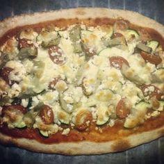 Pizza mit Cherrytomaten, Zucchetti, Artischocken, Feta & Chilli