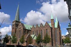 Den længste  Århus Domkirke måler hele 93 meter, og er Danmarks længste. Kirken kan også bryste sig af landets højeste kirketårn og Danmarks største kalkmaleri på 220 kvadratmeter.