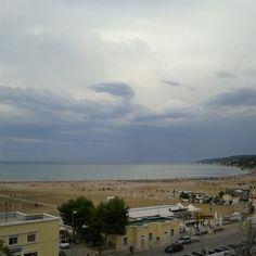 La spiaggia di levante a Rodi Garganico vista dall'Hotel Borgo Marina