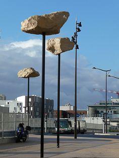 Les rochers dans le ciel (Didier Marcel)  Dix-neuf oeuvres d'art contemporain jalonnent le parcours des tramways T3a et T3b. Sur la ligne T3a et au niveau de l'avenue de France dans le 13e arrondissement, Les Rochers dans le ciel de Didier Marcel construisent une transition progressive entre le paysage et les bâtiments.    http://www.pariscotejardin.fr/2013/02/les-rochers-dans-le-ciel-didier-marcel/