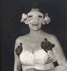 Lady at a masked ball with two roses on her dress NYC - 1967 - Diane Arbus Diane Arbus, Vivian Maier, Vintage Photography, Amazing Photography, Creative Photography, Street Photography, Art Photography, Weegee, Bird Masks