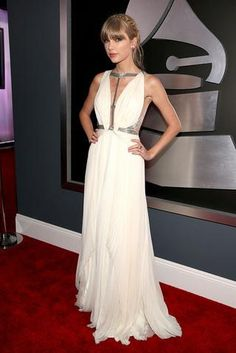 Taylor Swift cream dress at Grammys 2013 Red Carpet. Taylor Swift Grammys 2013 dress for sale. Taylor Swift Moda, Taylor Swift Style, Dresses 2013, Nice Dresses, Taylor Swift Vestidos, Grammys 2013, Grammy Red Carpet, Grecian Gown, Grecian Goddess