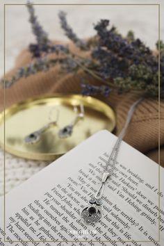 Bei dieser Kette bekommen wir Vintage-Gefühle! Inspiriert von Gustav Klimts Werke ist dieser Schmuck eine stylische Verkörperung des Jugendstils. Sweater Weather, Rings For Men, Vintage, Jewelry, Necklaces, Gemstones, Art Nouveau, Men Rings, Jewlery