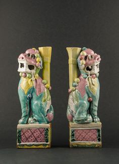 Polychrome Fu Lion statues. Qianlong (1736 - 1795) Pair of Chinese polychrome Shishi (Fu Lion) guardian statues on stands decorated in colourful palette #antique #chineseporcelain
