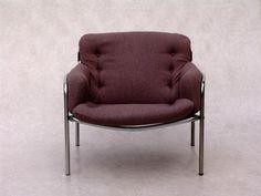 Ein Vintage Sessel entworfen von Martin Visser. Die Polsterung ist in einem grau-lila Farbton. Das Gestell ist aus stabilem Metall.
