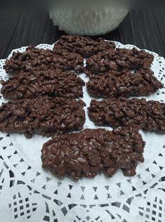 """Νόστιμη συνταγή μαγειρικής από """"Χρυσανθη Μιχου -ΟΙ ΧΡΥΣΟΧΕΡΕΣ / ΗΔΕΣ"""" Υλικά 1 ζαχαρουχο 300γρ. μερέντα 200γρ. ινδοκαρυδο 250γρ. δημητριακά ρυζιού με σοκολάτα 500γρ. κουβερτουρα ΕΚΤΕΛΕΣΗ Σε ένα μπολ ρίχνουμε το ζαχαρουχο, μερέντα,ινδοκαρυδο,και αν θέλουμε 50γρ.από τα δημητριακά, ανακατεύουμε καλά και Almond, Cookies, Chocolate, Derby, Sweet, Desserts, Food, Crack Crackers, Candy"""